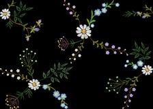 Hafciarskich trend kwiecistych bezszwowych deseniowych małych gałąź zielarski liść z małym błękitnym fiołkowym kwiat stokrotki ch Obraz Royalty Free