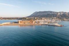 Hafen Alicantes Denia Jachthafen und Montgo im Mittelmeer lizenzfreies stockbild