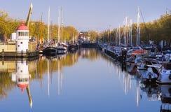 Hafen auf Herbstmorgen mit blauem Himmel lizenzfreie stockfotos