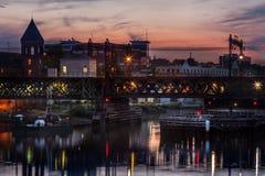 Hafen bei Sonnenuntergang mit Booten und Brücke Stockfotos