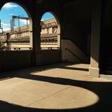 Hafen-Brücke von gewölbten Fenstern Stockfoto