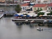 Hafen des Agios Nicolaos - Kretas - Griechenlands vom See Lizenzfreies Stockfoto