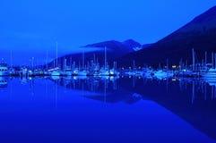 Hafen des kleinen Bootes an der Dämmerung Lizenzfreie Stockfotografie