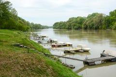 Hafen des kleinen Bootes in Fluss mit Piers und Reifentreppe Lizenzfreie Stockbilder
