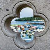 Hafen durch ein Fenster Stockfoto