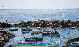 Hafen Italiens Cinque Terre mit Fischerbooten lizenzfreies stockbild