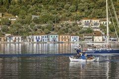 Hafen Ithaca Vathi Griechisches Fischer ` s Boot, das den Hafen enterring ist lizenzfreies stockfoto