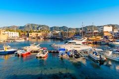 Hafen Kyrenia (Girne) mit Schloss auf dem Hintergrund zypern Stockfotografie