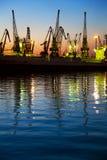 Hafen/Ladung/Schattenbild der Kräne am Sonnenuntergang lizenzfreie stockfotografie