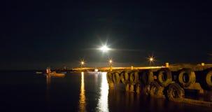 Hafen-Lichter mit dem Vollmond, der am Fischereihafen steigt stockbild