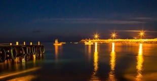 Hafen-Lichter mit dem Vollmondsteigen lizenzfreies stockfoto