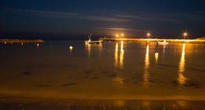 Hafen-Lichter mit dem Vollmondsteigen stockfoto