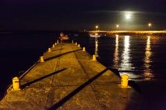 Hafen-Lichter mit dem Vollmondsteigen lizenzfreie stockfotos