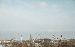 Hafen mit altem Kran im Fluss Lizenzfreies Stockbild