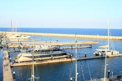 Hafen mit Booten auf Meer lizenzfreie stockfotografie