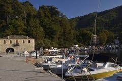 Hafen mit Booten im goldenen Strand Lizenzfreies Stockfoto