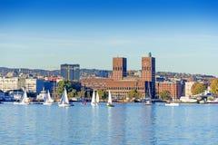 Hafen mit Booten und hölzerner Yacht Stockfotos