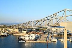 Hafen mit Booten unter Brücke stockbild