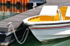 Hafen mit dem kleinen Boot, das auf Dock anbringt Stockfotos