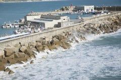 Hafen mit interessanten Felsen in Spanien lizenzfreies stockbild
