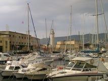 Hafen mit Leuchtturm Stockfotos