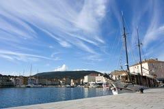 Hafen mit Segelnlieferung Stockfoto