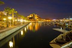 Hafen mit Yachten und Damm in der Nacht. Alicante Lizenzfreies Stockfoto