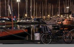 Hafen nachts, fischend Stockfotos