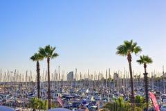 Hafen olympisch bei Sonnenuntergang in Barcelona Spanien Segelboot und Segelschiff stockbild