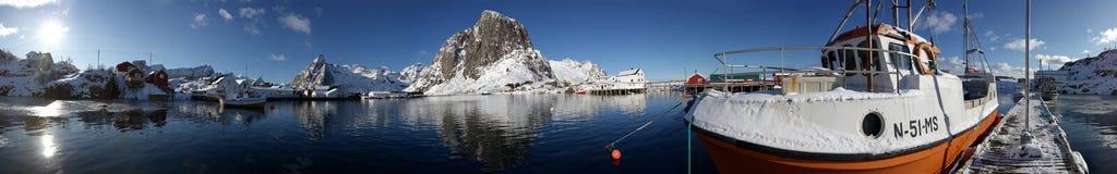 Hafen Panorama Lofoten. Fischerboot im Hafen liegend. nWinterlandschaft auf den Lofoten.Die Lofoten ist eine Inselgruppe vor der Küste Norwegens Stock Images