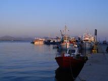 Hafen in Pefki stockfotos