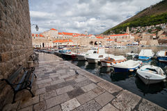 Hafen-Promenade in der alten Stadt von Dubrovnik Lizenzfreie Stockfotos