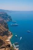 Hafen in Santorini mit Kreuzschiffen Stockfoto