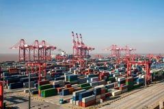 HAFEN Shanghais Yangshan anhebende Türme des Tiefwasserwirtschaftlichen FTA-Containerbahnhofkranes Stockfoto