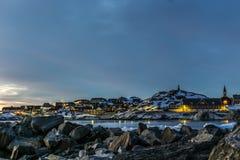 Hafen-Sonnenuntergangansicht Nuuk-Stadt alte mit den Steinen und Eisbergen, grün Lizenzfreie Stockfotografie