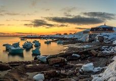 Hafen-Sonnenuntergangansicht Nuuk-Stadt alte mit Eisbergen Stockbilder