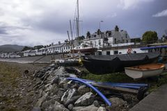Hafen in Ullapool - ein Dorf in den schottischen Hochländern lizenzfreie stockfotos