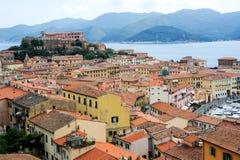 Hafen und alte Stadt von Portoferraio auf Elba-Insel stockfotos