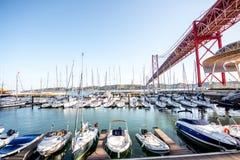Hafen und Brücke in Lissabon-Stadt Stockfotos