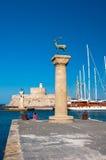 Hafen- und Bronzerotwildstatuen Mandraki, Griechenland lizenzfreies stockfoto