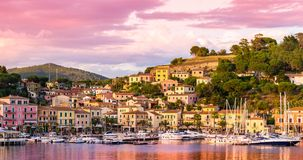 Hafen und Dorf Porto Azzurro bei Sonnenuntergang, Elba-Inseln, Toskana, Italien lizenzfreie stockfotos