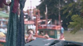 Hafen und Fischerboote mit bokeh Effekt und Spitzen- Schals stock video