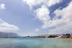 Hafen und Küste von Caleta de Sebo auf La Graciosa lizenzfreie stockfotografie