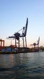 Hafen und Kräne lizenzfreies stockbild