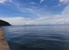 Hafen und Hafen mit blauem Himmel Lizenzfreie Stockbilder