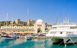 Hafen und neuer Markt Mandraki Griechenland an einem sonnigen Tag Griechenland Stockfotografie