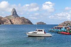 Hafen und Pico Hill Fernando de Noronha Brazil Stockbild