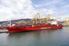 Hafen und Schiff luden mit Behälterhafen von Barcelona Spanien Lizenzfreies Stockbild