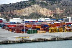 Hafen und Schiff luden mit Behälterhafen von Barcelona Spanien Lizenzfreie Stockfotos