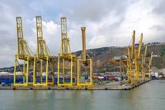 Hafen und Schiff luden mit Behälterhafen von Barcelona Spanien Stockbilder